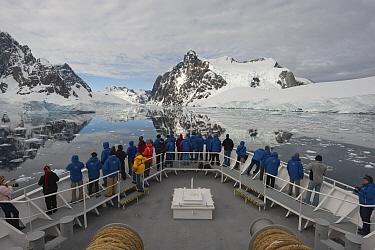 Tourists on Endeavour cruise ship, Antarctica  -  Flip  Nicklin