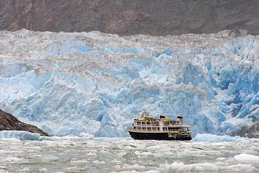 Cruise ship near glacier, Alaska  -  Flip  Nicklin