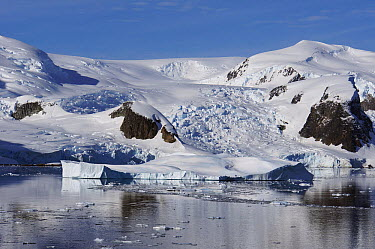 Glacier and snow-covered coastal landscape, Lemaire Channel, Antarctic Peninsula, Antarctica  -  Hiroya Minakuchi
