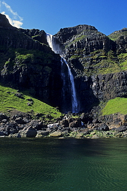 Waterfall on coast near Firth of Lorne, Isle of Mull, England  -  Wil Meinderts/ Buiten-beeld