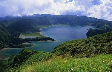 Lagoa do Fogo crater lake, Sao Miguel Island, Azores, Portu gal  -  Wil Meinderts/ Buiten-beeld