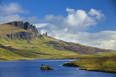 Loch Leathan and Old Man of Storr, Trotternish Peninsula, Isle of Skye, Scotland  -  Johan van der Wielen/ Buiten-bee