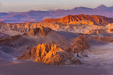 Eroded mountains at sunset, Valle de la Luna, San Pedro de Atacama, Chile  -  Chris Stenger/ Buiten-beeld