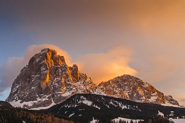 Peak at sunrise, Sassolungo Massif, Selva, Italy  -  Chris Stenger/ Buiten-beeld