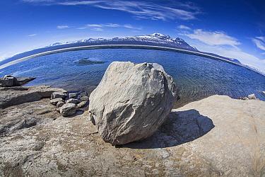 Boulder, mountains, and lake, Lake Akkajaure, Stora Sjofallet National Park, Sweden  -  Chris Stenger/ Buiten-beeld