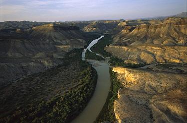 Rio Grande running through arid landscape of the Sierra del Carmen region, Mexico  -  Patricio Robles Gil/ Sierra Madr