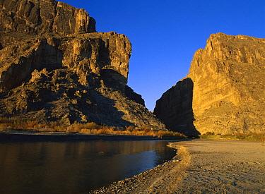 River flowing through desert cliffs, Sierra del Carmen region, Coahuila, Mexico  -  Patricio Robles Gil/ Sierra Madr