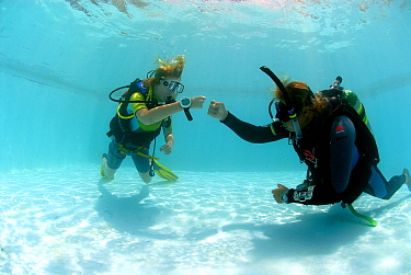 Instructor and student in PADI scuba course, Bonaire, Netherlands Antilles  -  Hans Leijnse/ NiS