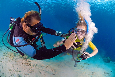 Instructor and student in a PADI scuba diving course, Bonaire, Netherlands Antilles  -  Hans Leijnse/ NiS