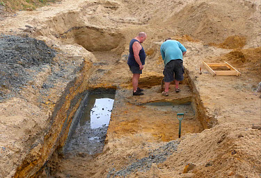 Happisburgh archaeological dig, people digging in trench on beach, at oldest human site north of Alps, Happisburgh, Norfolk, England, june  -  Neil Bowman/ FLPA