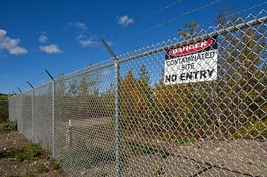 Danger, Contaminated Site' sign on fence, along Yukon River, Whitehorse, Yukon, Canada, september  -  Mark Newman/ FLPA