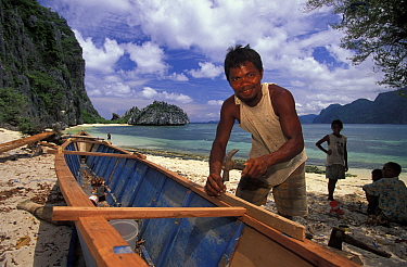 Man from the tagbanua tribe, Coron island, building a bangka (typical outrigger canoe)  -  Roberto Rinaldi/ npl