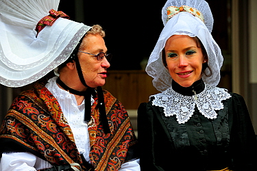 Women in 1900 traditional costume, Festival of the Norman language, St Peter Port, Guernsey, Channel Islands The Guernsey French patois has almost disappeared and some of the inhabitants are trying to...  -  Eric Baccega/ npl