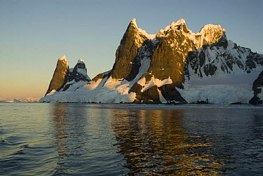 Lemaire Channel Mountains, strait between the Antarctic Peninsula and Booth, Wandel Island, Antarctica, February 2006  -  Gabriel Rojo/ npl