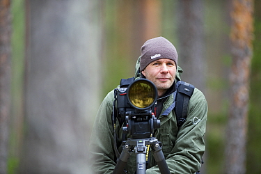 Photographer, Erlend Haarberg with camera equipment, in Bergslagen, Sweden, April 2009  -  WWE/ E. Haarberg/ npl