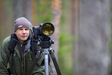 Photographer, Erlend Haarberg, with camera equipment in Bergslagen, Sweden, April 2009  -  WWE/ E. Haarberg/ npl