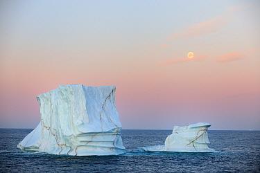Icerberg at sunset in Davis Strait, off south Baffin island, Nunavut, Canada, August 2010  -  Eric Baccega/ npl