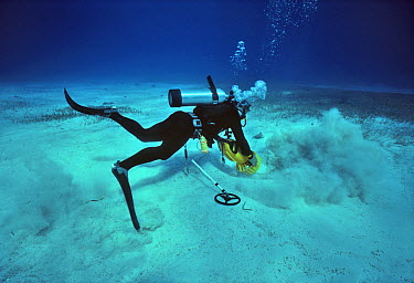 Diver searching with a sandblaster and magnetic hit during the recovery of the shipwreck Las Maravillas, a Spanish galleon sunk in 1658, Bahamas 1987  -  Jeff Rotman/ npl