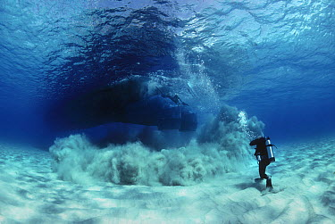 Sandblasters searching and blowing a magnetic hit during the recovery of the shipwreck Las Maravillas, a Spanish galleon sunk in 1658, Bahamas 1987  -  Jeff Rotman/ npl
