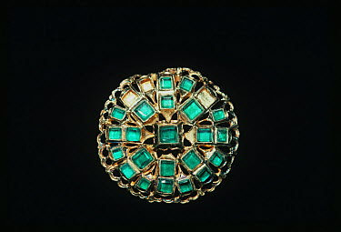 Emerald brooch recovered from the shipwreck Las Maravillas, a Spanish galleon sunk in 1658, Bahamas 1987  -  Jeff Rotman/ npl