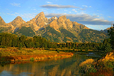 Teton Mountain Range with the Snake River in the foreground, Grand Teton NP, Wyoming, USA  -  George Mccarthy/ npl