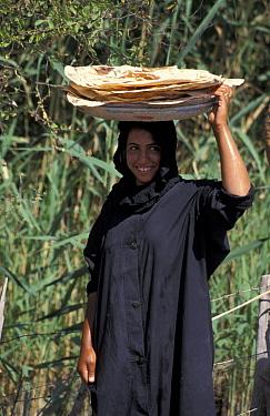 Marsh arab woman carrying food Iran, Iraq border, 1998  -  Nigel Marven/ npl