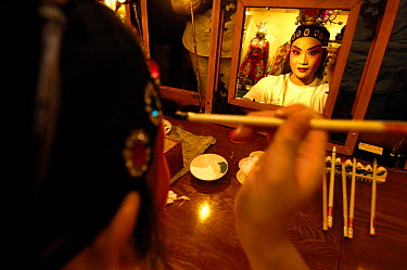 Performer from Sichuan Opera applying make up before her performance, Shu Feng Ya Yun Tea House in Chengdue, Shaanxi Province, China 2006  -  Pete Oxford/ npl