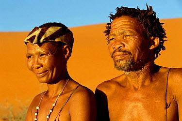 San bushmen couple, near Kalahari Gemsbok NP, South Africa  -  Pat De La Harpe/ npl