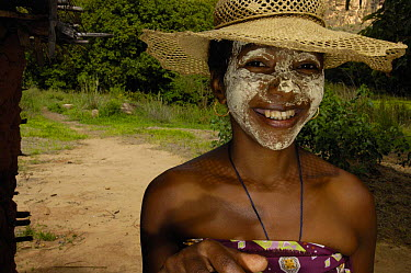 Local woman with sandalwood face mask, used as sun protection and a beautification Isalo National Park, MADAGASCAR  -  Pete Oxford/ npl