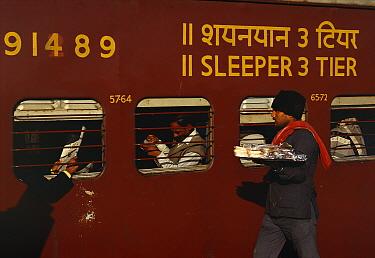 D Man selling food to train passengers, Madhya Pradesh, Indi  -  Staffan Widstrand/ npl