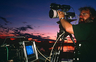 Camerman Owen Newman filming leopards at night, South Luangwa NP, Zambia, 19966  -  Owen Newman/ npl
