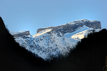 Breche de Roland, gap in mountain ridge, in winter, Gave de Gavarnie valley, Pyrenees mountain, Hautes-Pyrenees, Gascogne, France, January 2011  -  Eric Baccega/ npl