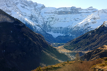 Looking along valley towards Cirque de Gavarnie in winter, Gave de Gavernie valley, Pyrenees mountain, Haute-Pyrenees, Gascogne, France, January 2011  -  Eric Baccega/ npl