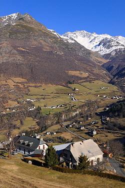View of Gedre village, Gave de Gavarnie valley and Soum de Diozede, Estragna, Bugarret peaks Pyrenees mountain, Haute-Pyrenees, Gascogne, France, January 2011  -  Eric Baccega/ npl