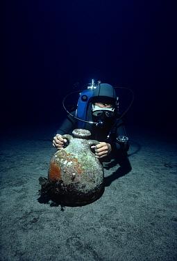 Diver discovers Roman Amphora on sea floor Ustica Island, Italy, Mediterranean Sea  -  Jeff Rotman/ npl