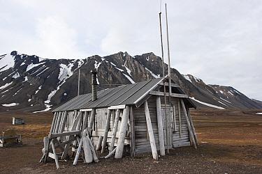Old trappers hut situated on the shore Bamsebu, Bellsund, Svalbard, July  -  Brent Stephenson/ npl