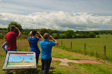 Birdwatchers and information sign on the Red Kite trail in the Urban Red Kite area of the Derwent Valley, Gateshead, Tyne and Wear, UK, on the edge of Tyneside following on from the 'Northern Kites' r...  -  Rob Jordan/ 2020V/ npl