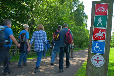 Hikers on the Red Kite trail in the Urban Red Kite area of the Derwent Valley, Gateshead, Tyne and Wear, UK, on the edge of Tyneside following on from the 'Northern Kites' re-introduction programme be...  -  Rob Jordan/ 2020V/ npl
