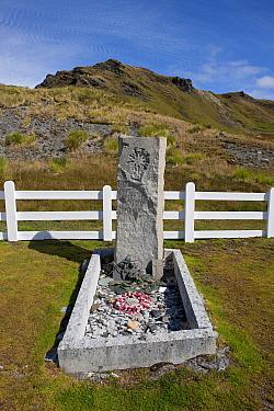 Grave of Sir Ernest Henry Shackleton, South Georgia Island, February 2011  -  Ingo Arndt/ npl