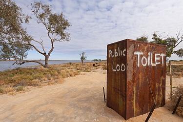 Public toilet in the outback by the punt along Cooper's Creek detour, South Australia, Australia  -  Jurgen Freund/ npl