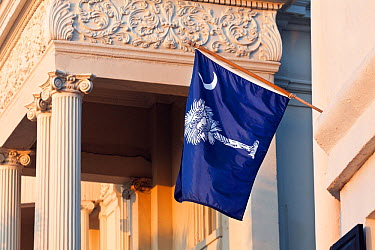 State flag of South Carolina displayed on a home along the East Battery Road in Charleston, South Carolina, USA  -  Kirkendall-spring/ npl