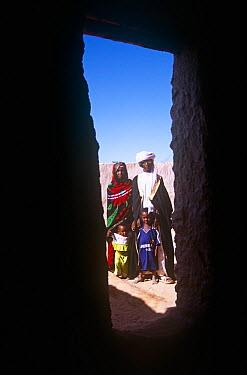 Bede, a Toubou guide, with wife and children, in Sigadine, Niger, 2005  -  Steve O. Taylor/ npl