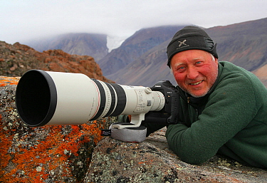 Photographer Ian McCarthy with camera, Ellesmere Island, Nunavut, Canada  -  Ian Mccarthy/ npl