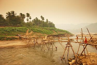 People crossing a footbridge over the Nam Khan River, Luang Prabang, Laos, March 2009  -  David Noton/ npl