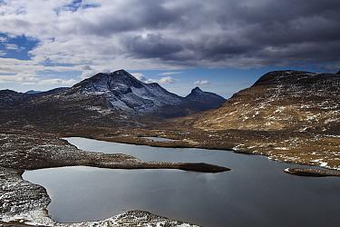 Mount Suilven with loch beneath, Sutherland, Scotland April 2012  -  David Noton/ npl