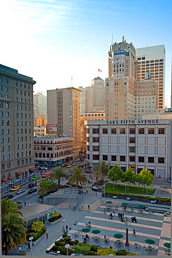 Looking down on Union Square and Saks Fifth Avenue, in downtown San Francisco, California, USA  -  Gavin Hellier/ npl