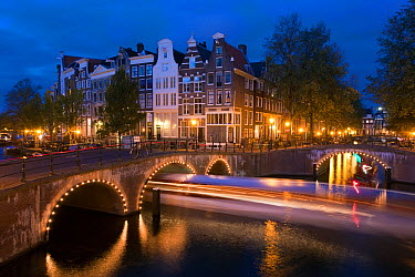 Traditional Gabled houses and bridges on the corner of Keizersgracht and Leidesegracht at dusk, Amsterdam, Holland, Netherlands, 2007  -  Gavin Hellier/ npl