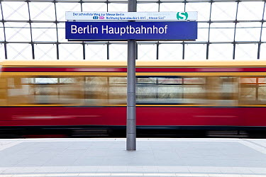 Train pulling into the platform, new modern main railway station at Berlin, Germany 2009  -  Gavin Hellier/ npl