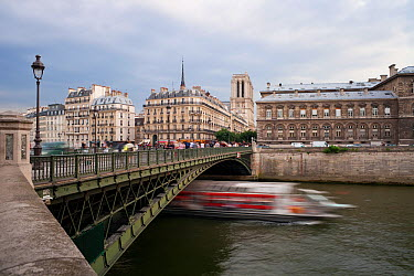 Boat passing on river Seine, Isle de la Cite and Pont Neuf, Paris, France 2011  -  Gavin Hellier/ npl