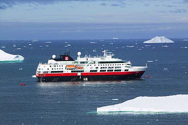Cruise ship off Illulisat, UNESCO World Heritage Site, Greenland. July 2008.